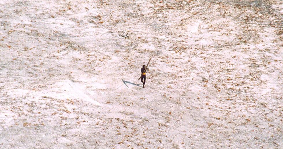 Um aborígene de Sentinela do Norte lança flechas contra um helicóptero da Guarda Costeira da Índia, em uma imagem de arquivo de 2004.