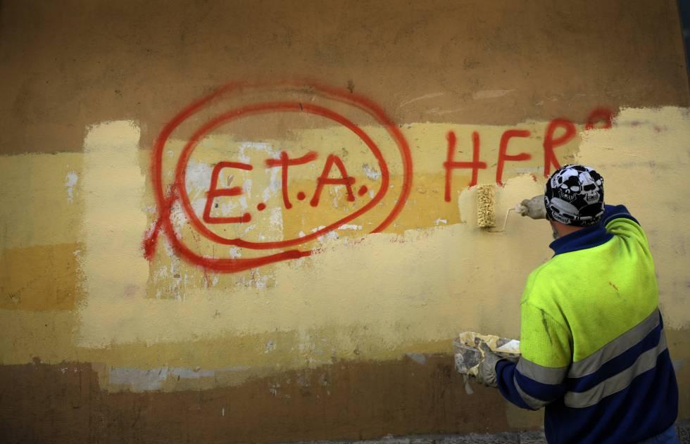 Trabalhador municipal apaga pichações de caráter separatista no País Basco.