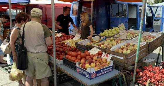 Banca de frutas e verduras no mercado de Przemysl (Polônia).