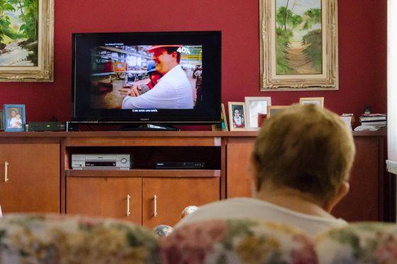 Uma dona de casa assiste ao horário eleitoral.