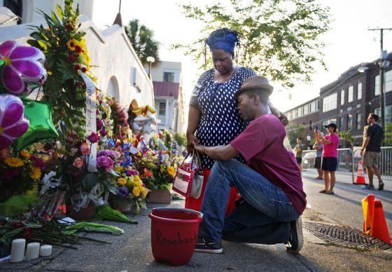 Um casal afro-americano no ato em memória das vítimas de Charleston.