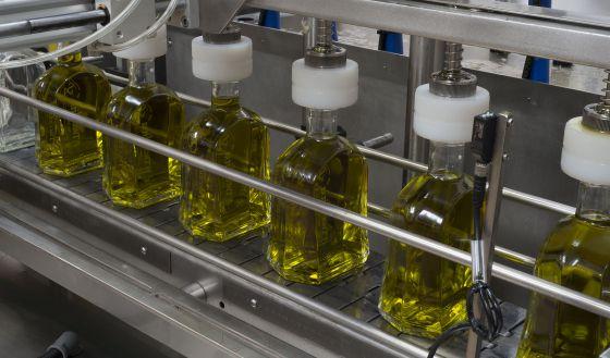 Empacotador de azeite virgem extra em uma fábrica de Jaén em 2014.