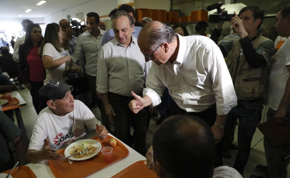 Alckmin cumprimenta frequentadores do Bom Prato no Brás, em 3 de setembro.