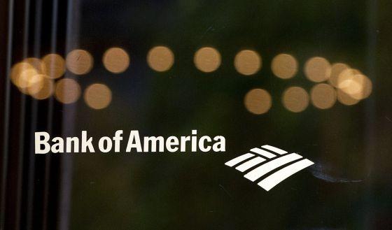 Logo do Bank of America na porta de uma sucursal.
