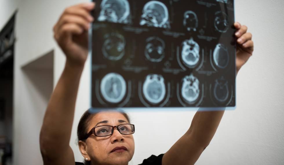 Josefa Esterlina Meza com uma radiografia de seu filho, assassinado nos protestos da Nicarágua.