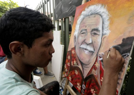 Um pintor retrata García Márquez em Aracataca.