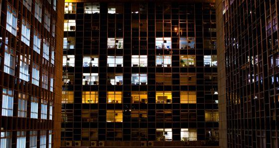 Prédio iluminado à noite em Madri.