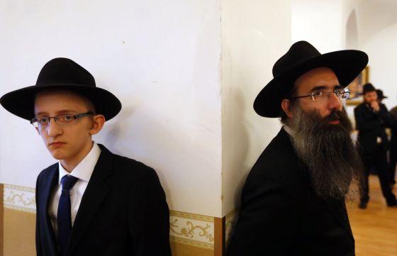 Judeus ortodoxos em um casamento na sinagoga de Budapeste.