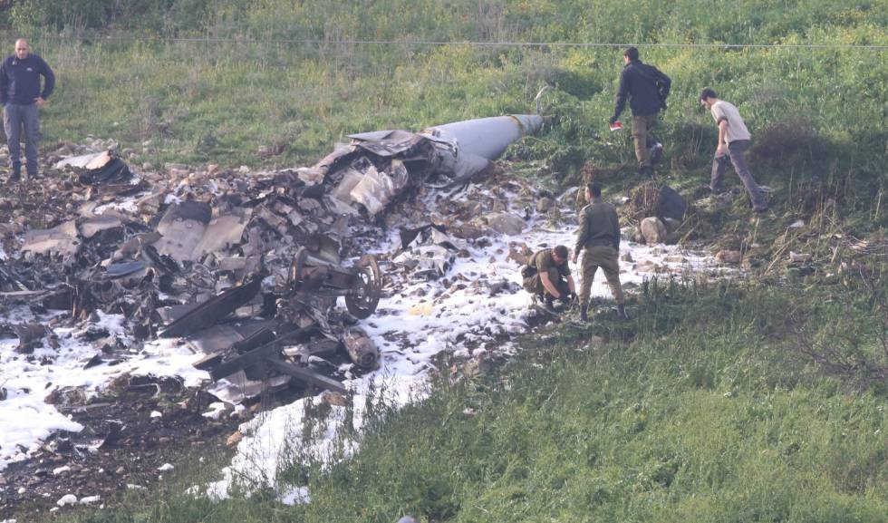 Soldados israelenses examinam os restos do F-16.