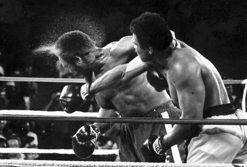 Cruzado de direita de Ali em Foreman na luta de 1974.