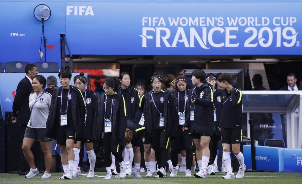 Seleção coreana reconhece gramado no Parc des Princes em Paris.