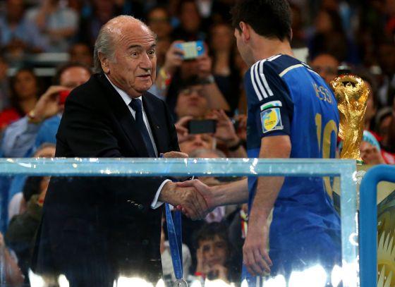 Messi recebe a medalha de Joseph Blatter.