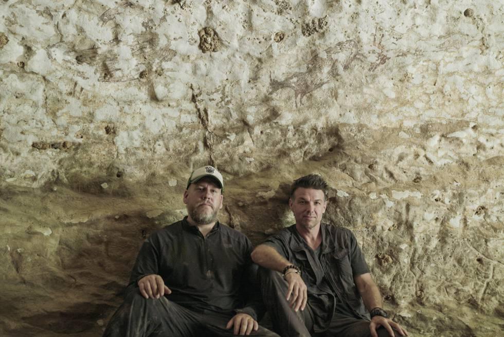 Os arqueólogos Maxime Aubert e Adam Brumm.