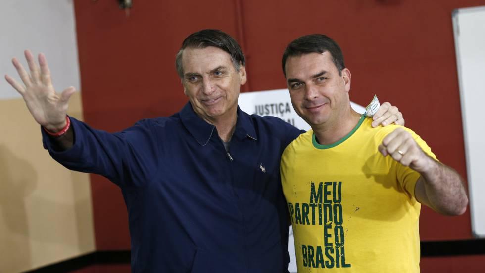 Jair e seu filho Flávio Bolsonaro.