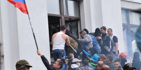 Ativistas pró-russos entram na Administração Regional de Lugansk.