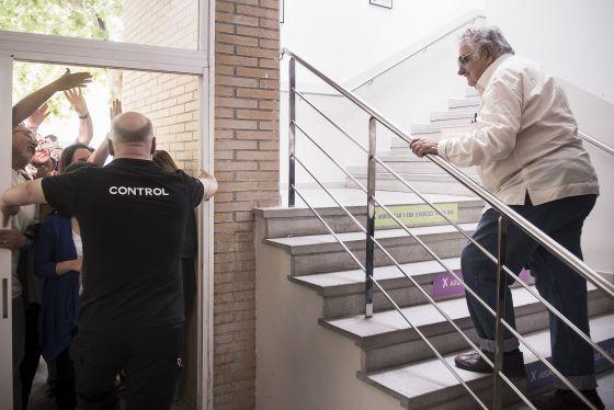 Mujica observa as pessoas que não puderam entrar.