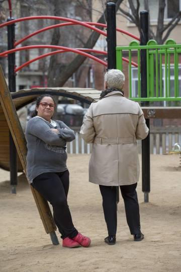 Mayuli A. Ahumada Herrera, de 41 anos, e Carmen, de costas, de 60 anos, em um parque de Barcelona.