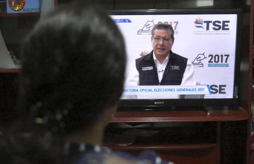 Presidente do STE anuncia a vitória de Hernández.
