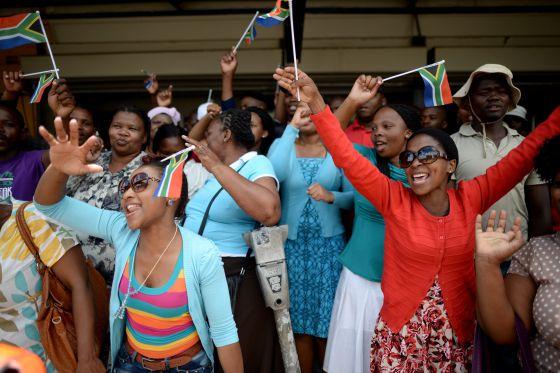 Sul-africanos esperam o cortejo a caminho de Qunu.