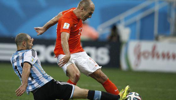Robben briga pela bola contra Mascherano em uma partida da Copa.