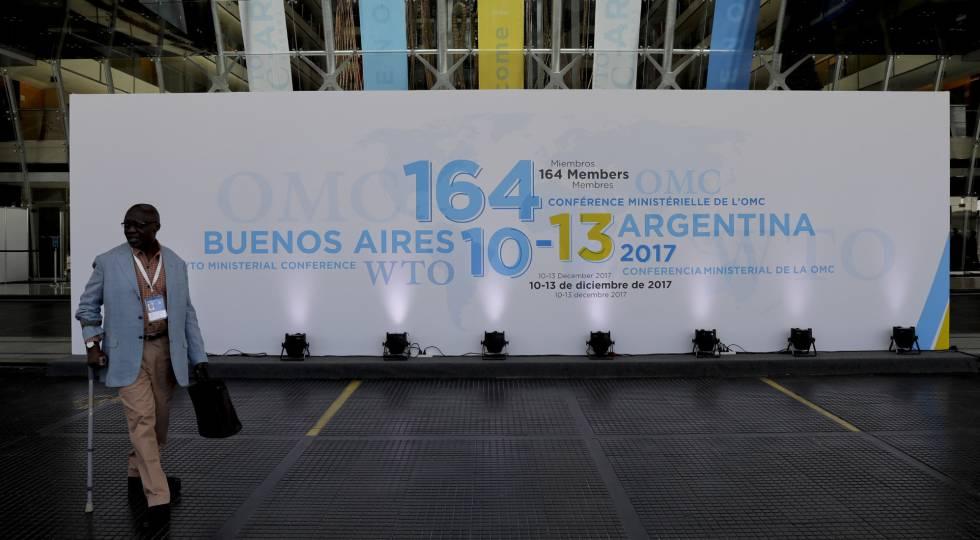 Um homem caminha em frente ao hotel de Buenos Aires onde se realiza a Conferência Ministerial da OMC