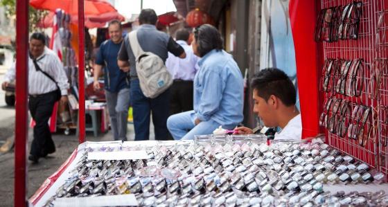 Barraca de óculos em uma rua da cidade de México.