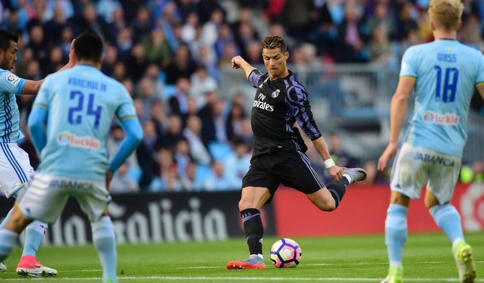 Cristiano Ronaldo finaliza para abrir o placar em Balaídos.