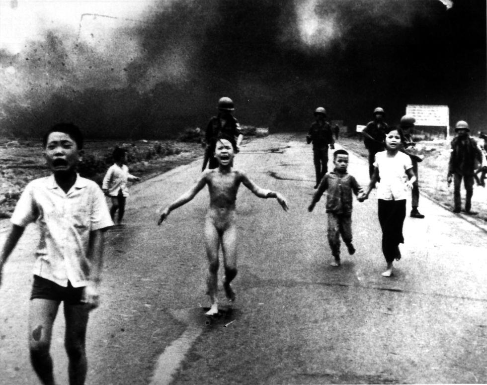 Ataque com napalm do exército norte-americano no Vietnã em 8 de junho de 1972. A protagonista da foto é a menina Kim Phuc, que foge ferida com outros menores do povoado de Trang Bang. A imagem, obra de Nick Ut., ganhou o prêmio World Press Photo Vietnam.