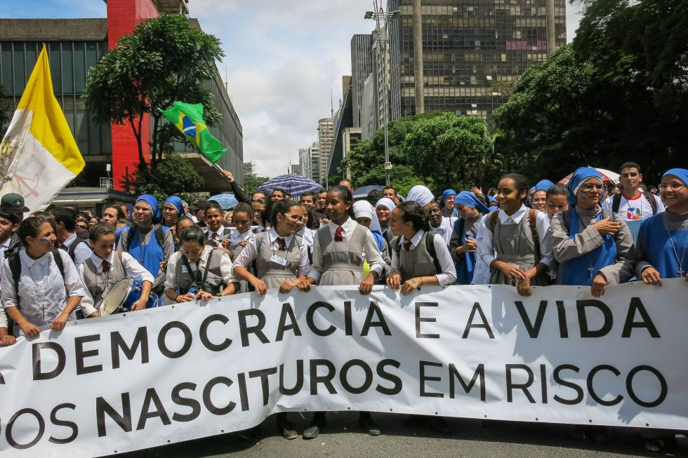 Manifestantes fazem protesto contra o aborto na avenida Paulista, em São Paulo.