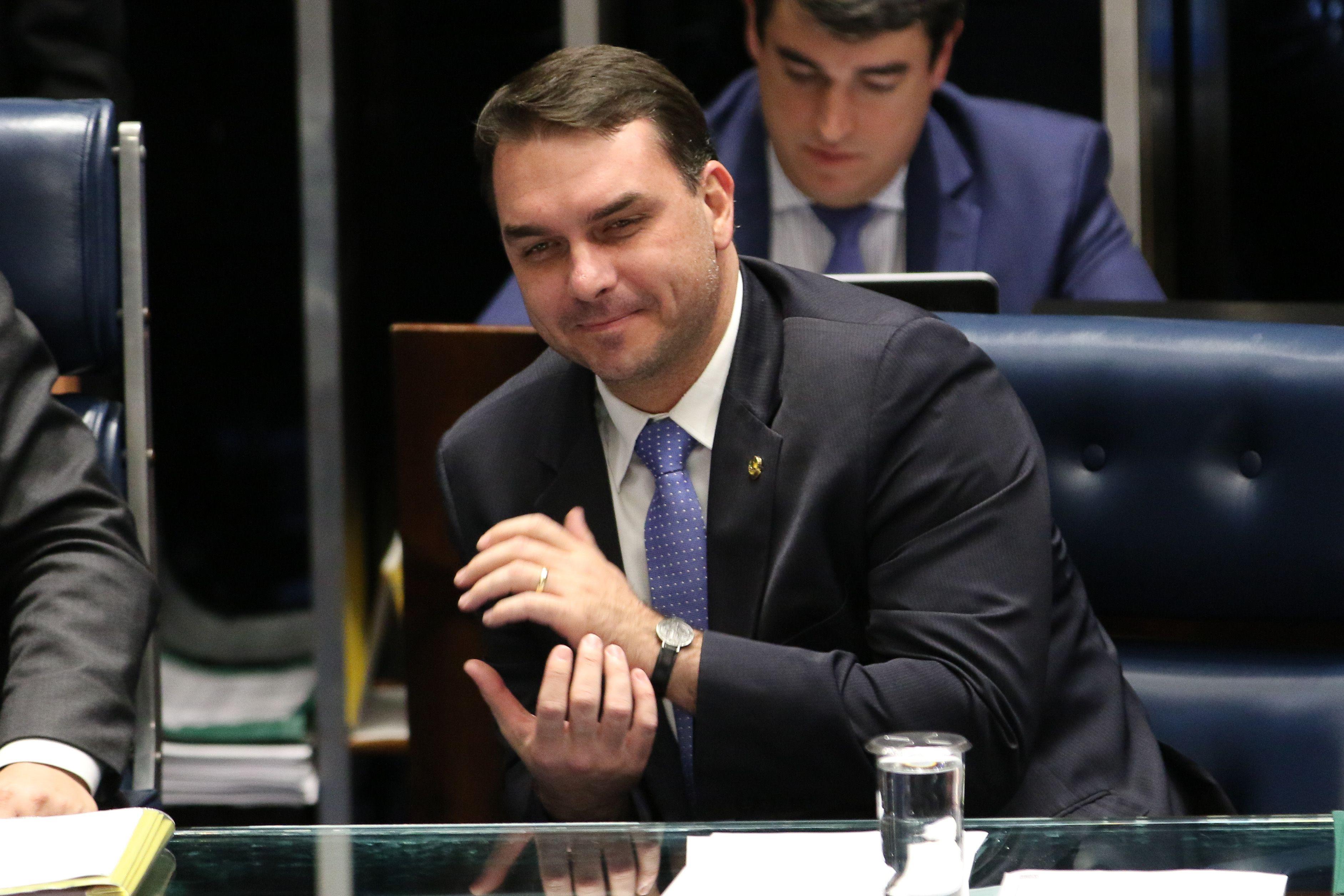 O senador Flávio Bolsonaro durante sessão no Congresso em maio.