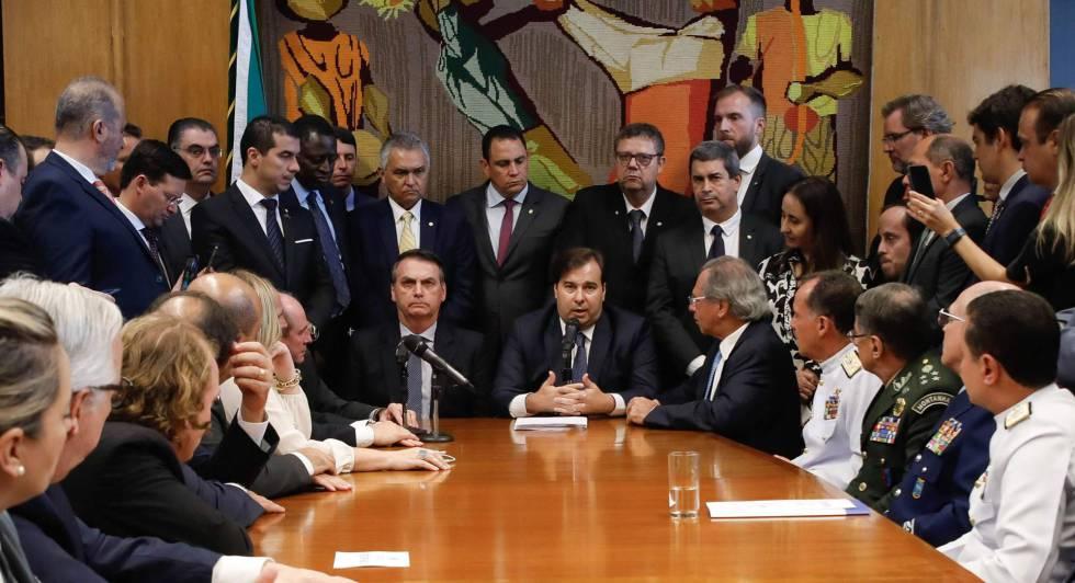 Bolsonaro, Maia e ministros na Câmara.