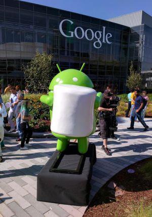 Estátua de um boneco do Android com um marshmallow.