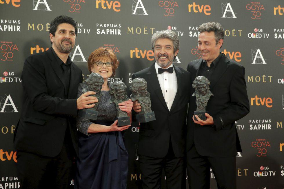 O elenco ganhador por 'Truman': o diretor, Cesc Gay, a produtora, Marta Esteban, o ator Ricardo Darín e o roteirista Tomàs Aragay.