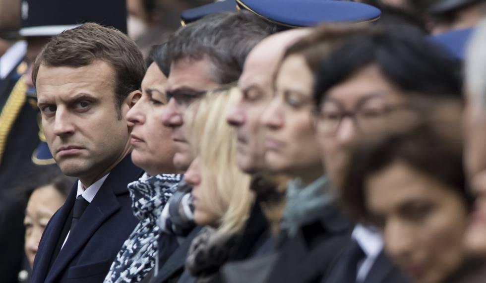 Emmanuel Macron nesta terça-feira na homenagem ao policial morto nos Champs-Élysées