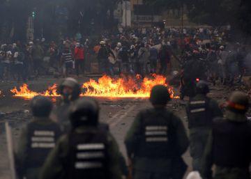 Apesar de o Governo ter proibido manifestações até a próxima terça-feira, os partidos da Mesa de Unidade Democrática (MUD) ignoraram a ordem e convocaram mobilizações. Duas pessoas morreram nos protestos