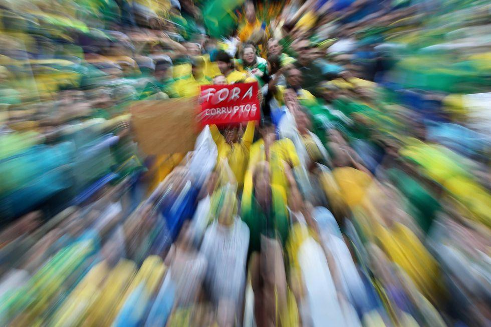 Manifestantes protestam contra o Governo Dilma em Curitiba no dia 13 de março.