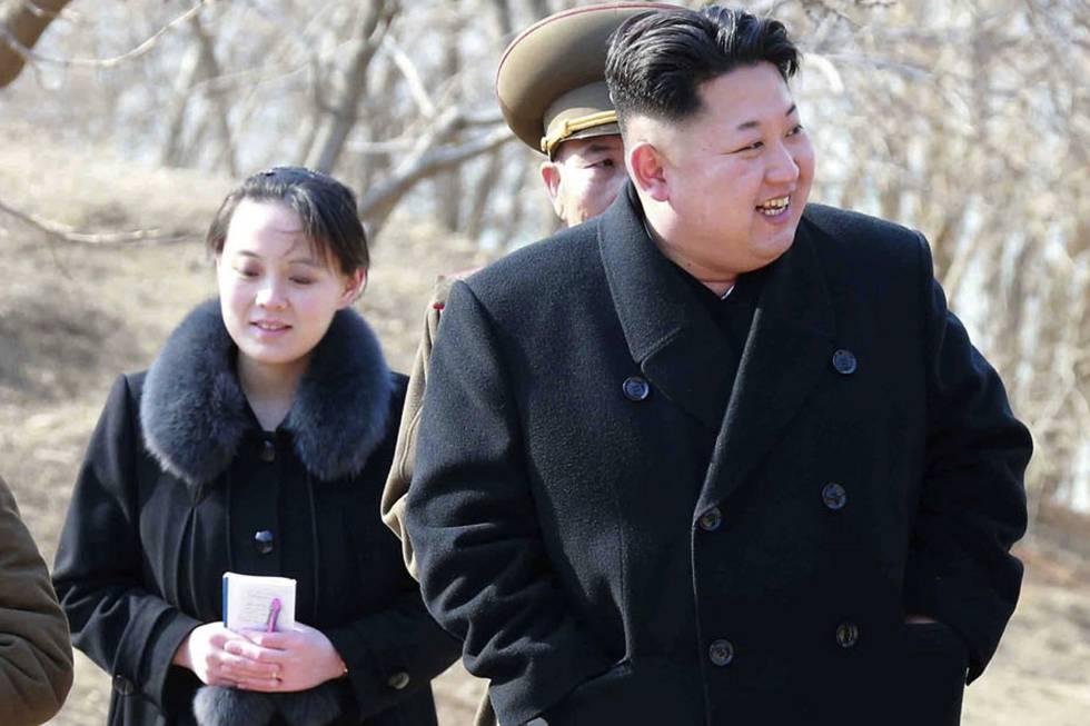 Foto do líder norte-coreano, Kim Jong Un, com sua irmã Kim Yo Jong, datada de 2015.