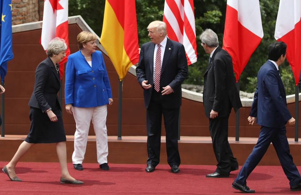 O presidente dos Estados Unidos, Donald Trump, rodeado no G7 de Taormina por Theresa May, Angela Merkel, Paolo Gentiloni e Shinzo Abe.