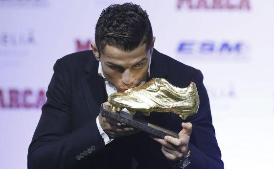 Cristiano Ronaldo beija a Chuteira de Ouro.