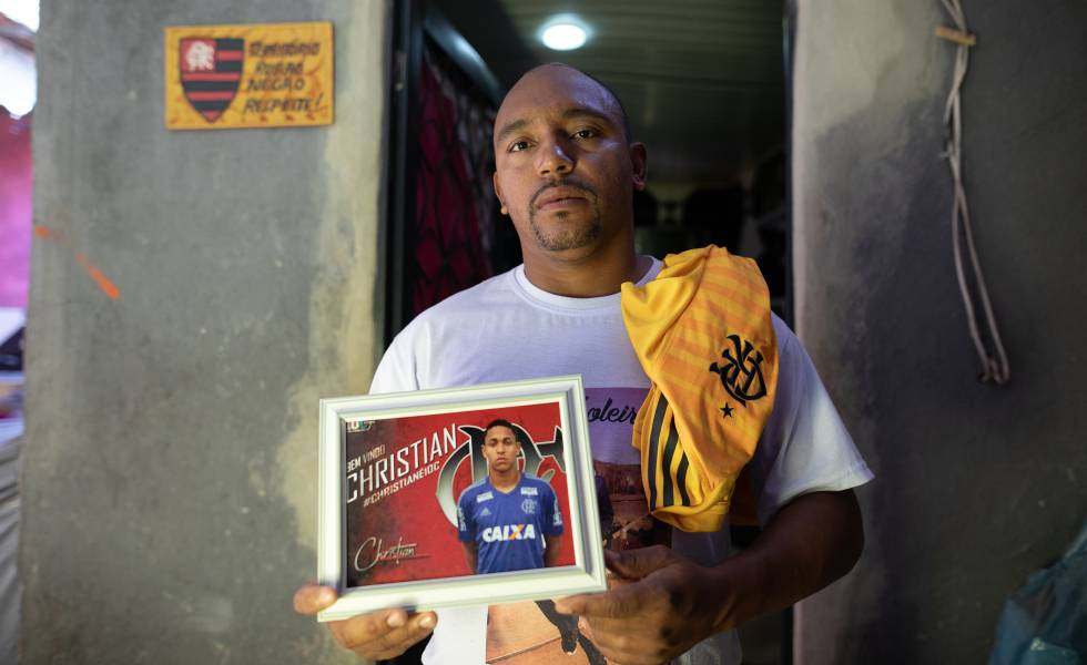 Cristiano Esmério exibe foto do filho e a camisa que ele usava na base rubro-negra.