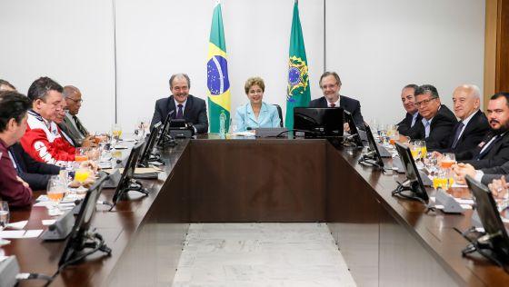 Dilma na assinatura do programa de emprego.
