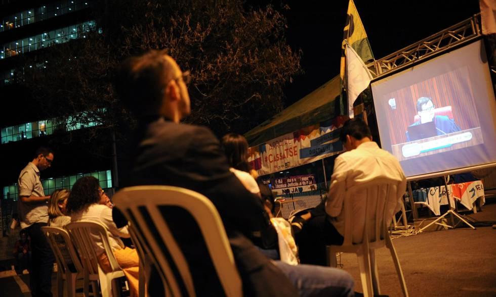 Manifestantes assistem ao julgamento em Brasília.