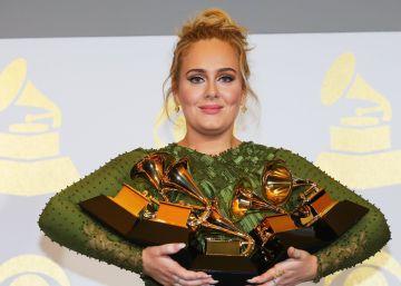 A britânica supera a outra favorita, Beyoncé, e leva cinco prêmios, entre eles todos os importantes, em uma cerimônia que homenageou David Bowie