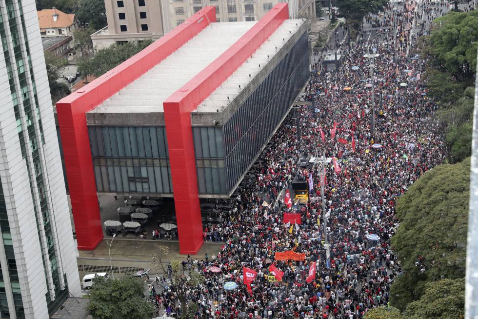 Manifestantes marcham na Paulista por 'Diretas Já!'.