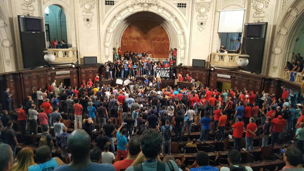 Policiais e bombeiros invadiram o plenário da Assembléia Legislativa do Rio.