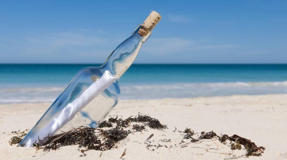 Uma mensagem dentro de uma garrafa numa praia, em uma imagem de arquivo