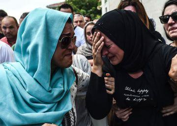 41 pessoas morreram e 239 ficaram feridas. Apesar de nenhum grupo assumir a autoria do ataque, o Governo turco acusa o Estado Islâmico como responsável pelo massacre
