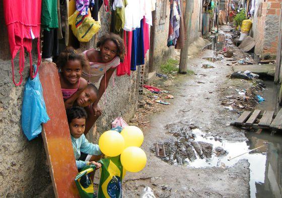 Crianças na favela do Mandela, Rio de Janeiro.