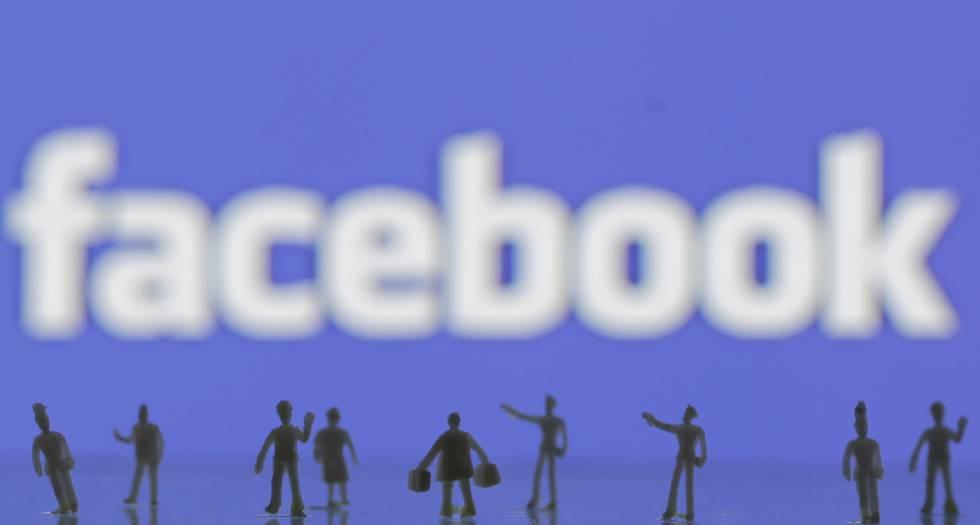 Bonecos feitos em impressora 3D na frente de logo do Facebook.