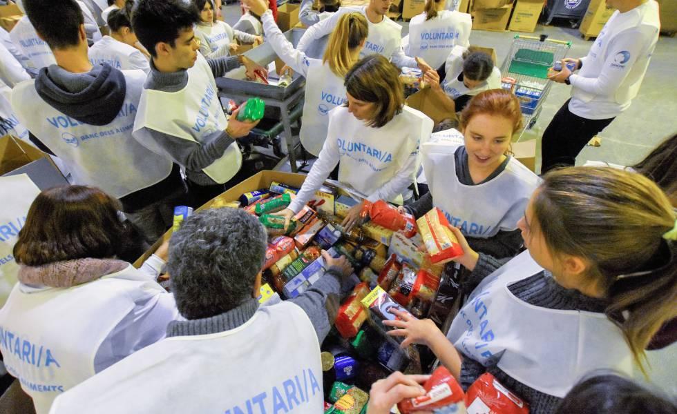 Voluntários organizam doações de bancos de alimentos de várias províncias em um armazém de Barcelona, em 2018.